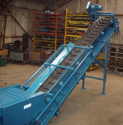 elevating conveyor for fertilizer
